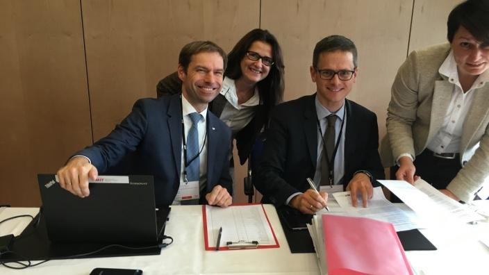 Sybille Reimschüssel mit dem Bundesvorsitzenden Carsten Linnemann MdB (rechts) und dem Hauptgeschäftsführer Thorsten Alsleben bei der konstituierenden Sitzung des neuen Bundesvorstandes